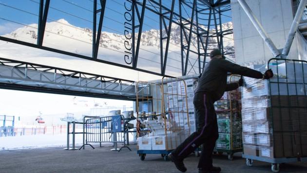 Mit der Gondel werden die Lebensmittel auf den Berg gebracht. (Bild: Linde Material Handling Austria)