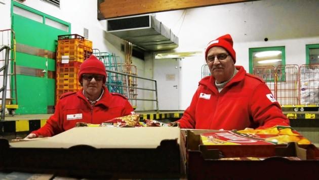 Günther Gaber (li.) und Rupert Lahninger holen Gratis-Ware beim Merkur-Markt ab. (Bild: Matthias Wagner)