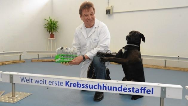"""Wolfgang Gleichweit bringt die diversen Gerüche zu einem seiner vierbeinigen """"Schnüffler"""" (Bild: Wolfgang Gleichweit, vgfs)"""