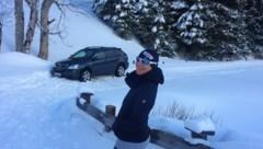 Diese Spaziergängerin hatte gut lachen, es ist nicht ihr Auto, dass auf der Loipe feststeckt. (Bild: C. S.)