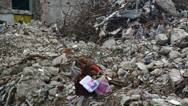 Nach dem Rana-Plaza-Unglück in Bangladesch sucht eine Frau nach vermissten Angehörigen.