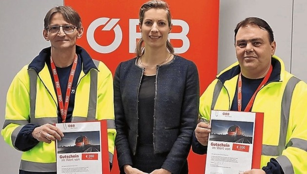 ÖBB-Vorstand Valerie Hackl überreichte den beiden ehrlichen Findern als Dank Reisegutscheine. (Bild: Zwefo)