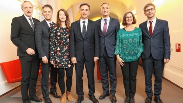 Die Grazer Stadtregierer (v. li.): G. Riegler (VP), K. Hohensinner (VP), T. Wirnsberger (Grüne), S. Nagl (VP), M. Eustacchio (FP), E. Kahr (KP) und R. Krotzer (KP). (Bild: Juergen Radspieler)