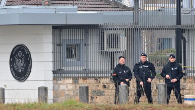 Bewaffnete Polizisten vor der US-Botschaft in Podgorica (Bild: AFP)
