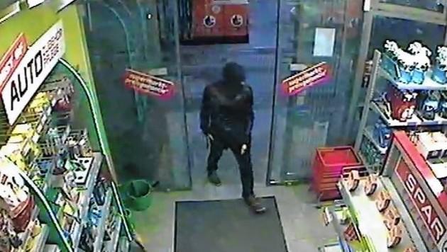 Der Räuber in der Tankstelle. (Bild: Polizei)