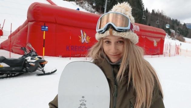 Anna Gasser vor dem riesigen Lande-Airbag am Kreischberg (Bild: Sepp Pail)