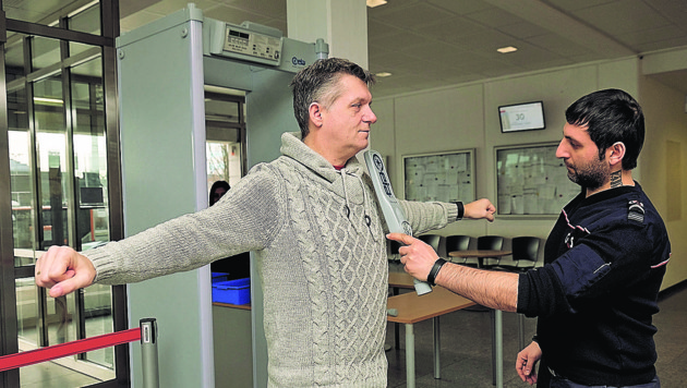 Auf der Bezirkshauptmannschaft Linz-Land wird seit Ende September jeder Besucher kontrolliert.
