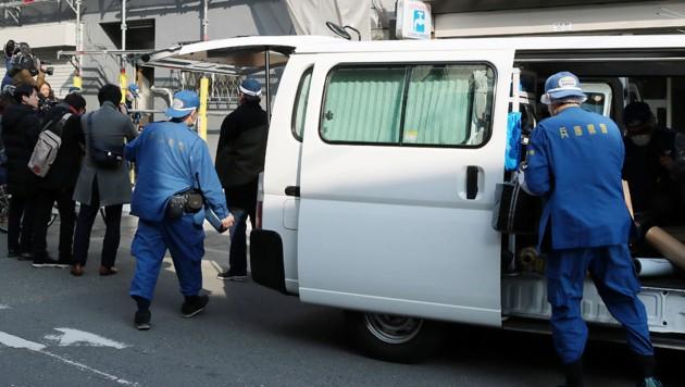Polizeikräfte vor dem Apartment, in dem der Kopf der Frau gefunden wurde. (Bild: APA/AFP/Jiji Press)