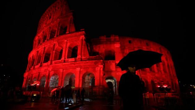 Um auf verfolgte Christen in aller Welt aufmerksam zu machen, wurde das Kolosseum in Rom am Samstagabend für etwa fünf Stunden in blutrotes Licht getaucht.