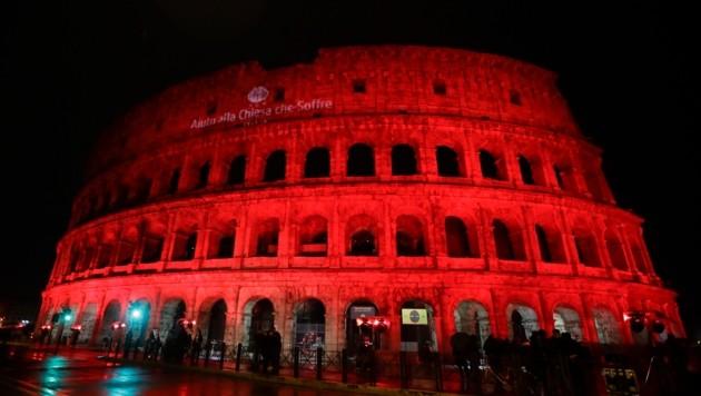 Blutrot erstrahlte das Kolosseum in Rom.