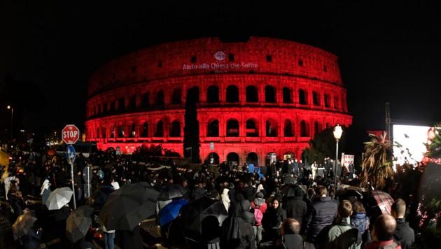 Viele Menschen versammelten sich in Rom um das blutrot beleuchtete Kolosseum.