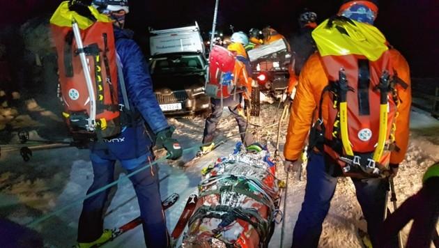 Die Retter beim Abtransport des Verletzten. (Bild: Bergrettung Lungau)