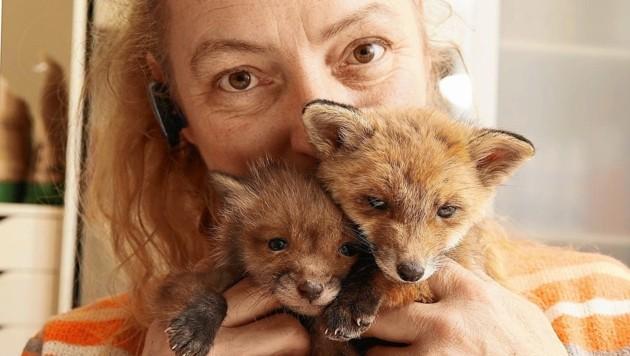 Tierschützerin mit so viel Herzblut! Monika Großmann vom Verein Kleine Wildtiere in großer Not mit zwei ihrer vielen Schützlinge.