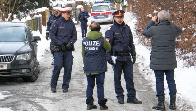 Die Polizei am Tatort (Bild: Christian Jauschowetz)