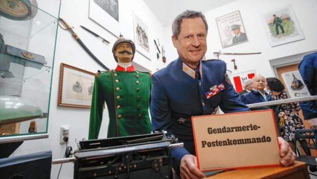 Postenkommandant Helmut Naderer im Ausstellungsraum. (Bild: Markus Tschepp)