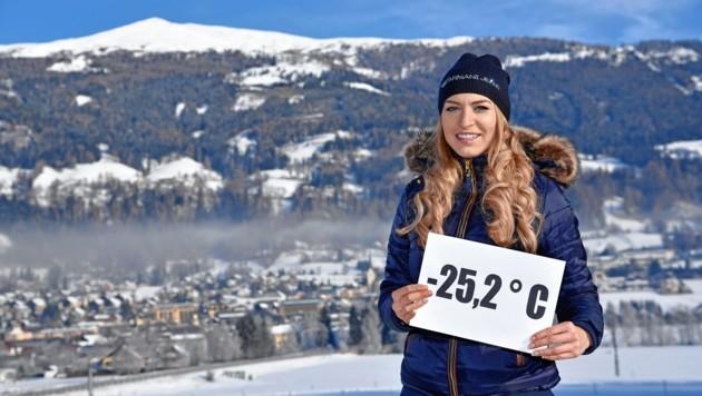 Alexandra Prodinger zeigt wie kalt es in ihrem Heimatort St.Michael am Montag war. (Bild: ROLAND HOLITZKY)
