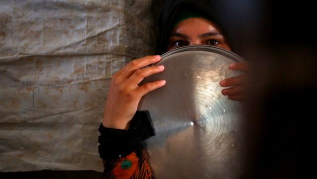 Eine Syrerin wartet in einem Flüchtlingscamp auf die Essensausgabe. (Bild: AFP)