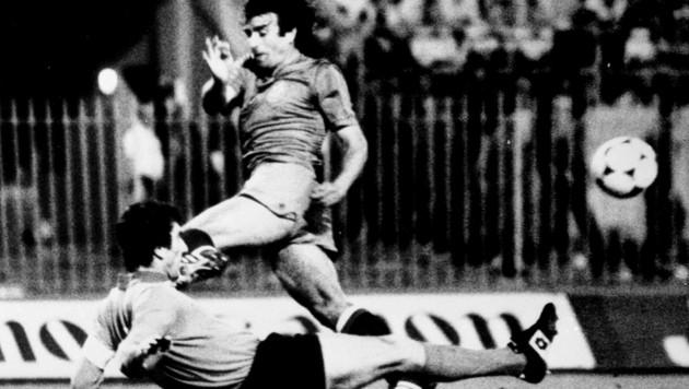 Italiens Torhüter Dino Zoff im Duell mit Quini bei der EM 1980 (Bild: AP)