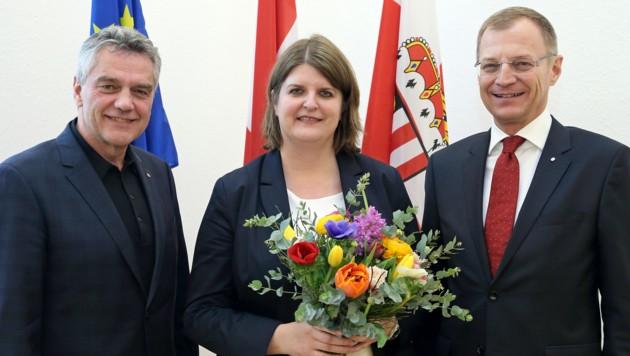 Landesamtsdirektor Erich Watzl (li.) und LH Thomas Stelzer umrahmen die designierte Bezirkshauptfrau Elisabeth Schwetz.