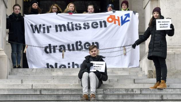 """Aktion der ÖH am 28. Februar vor der Universität Wien: """"Wir müssen draußen bleiben"""" (Bild: APA/HANS PUNZ)"""