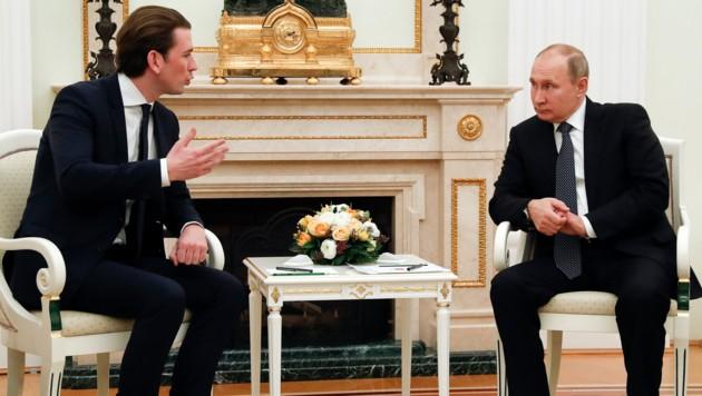 Bundeskanzler Sebastian Kurz im Gespräch mit dem russischen Präsidenten Wladimir Putin (Bild: AP)