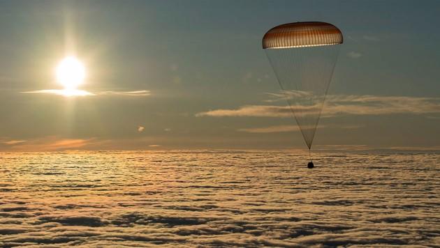 """Die """"Sojus""""-Kapsel kurz vor ihrer Landung in Kasachstan über der Wolkendecke (Bild: NASA/Paul Ingalls)"""