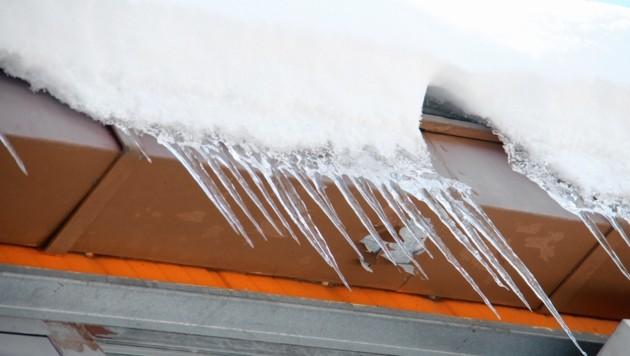 Von jedem zweiten Haus in Graz hängen jetzt bedrohlich die Eiszapfen. Wenn es demnächst taut, wird's kritisch! (Bild: Jauschowetz Christian)