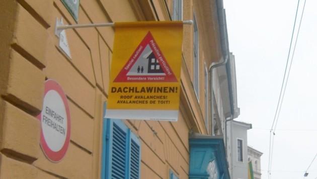 Weil Warnstangen für Blinde und Sehbehinderte ein Hindernis sind, bietet der Verband in seinem Hilfsmittelshop (Augasse 132 in Graz) diese Fahnen an. (Bild: STBSV)