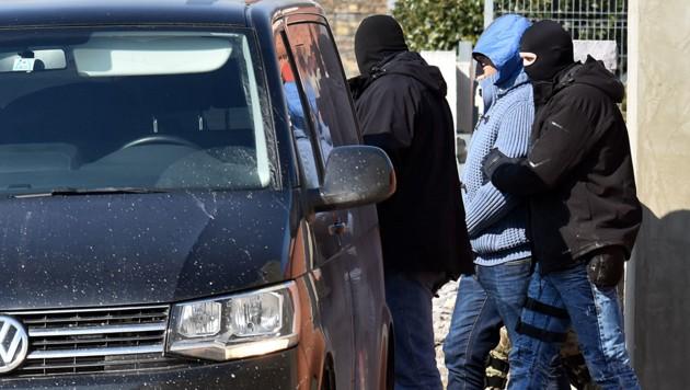 Die Polizei führt nach einer Razzia in der ostslowakischen Stadt Michalovce einen Verdächtigen ab.
