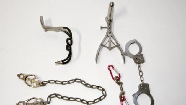 Dieses Sammelsurium wie aus einer Folterkammer ist derzeit in Polizeigewahrsam.