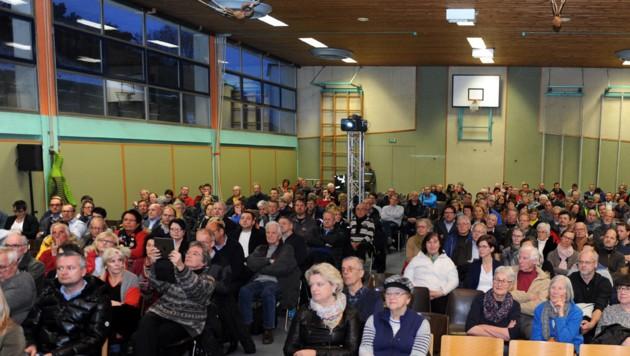 Fast bis auf den letzten Platz war der Turnsaal der NMS Altmünster mit interessierten Bürgern gefüllt.
