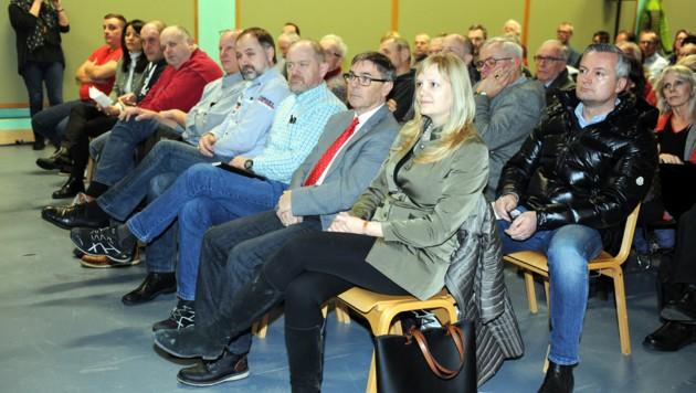 Auch Altmünsters Gemeindepolitiker - ganz vorne Bürgermeisterin Elisabeth Feichtinger (SP) - waren beim Infoabend dabei.