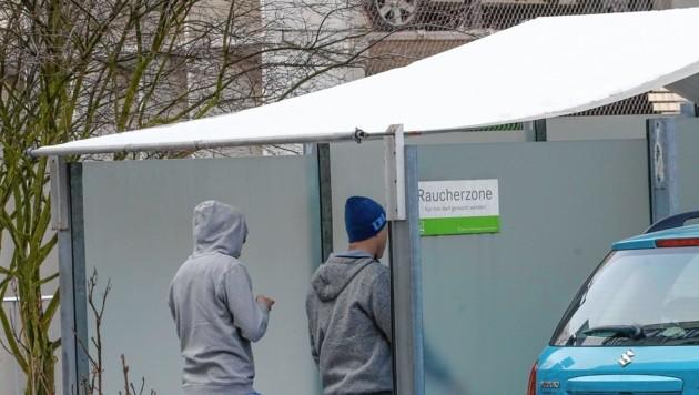 Die Raucherzonen in den Salzburger Landeskliniken sind den ganzen Tag über gut gefüllt.
