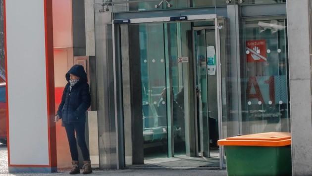 Eine Raucherin am Gelände der Salzburger Klinik