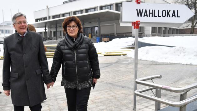 Kärntnes Landeshauptmann Peter Kaiser (SPÖ) mit seiner Frau vor dem Wahllokal