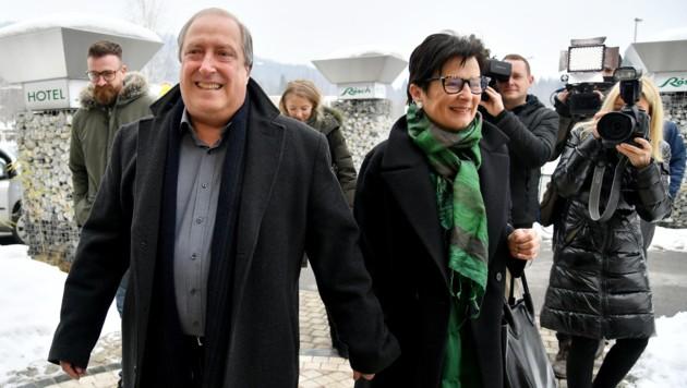 Kärntens Grünen-Chef Rolf Holub mit seiner Frau Elvira auf dem Weg zur Stimmabgabe