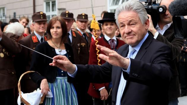 Nicht nur beim Dirigieren von Musikkapellen (hier die von Meggenhofen im Oktober 2010) gab ÖVP-Politiker Josef Pühringer als LH den Ton an. Auch in der Landesregierung bis hin zu den Gemeindeprüfern. (Bild: rubra)