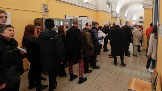 Wegen des Votums mit neuen Wahlzetteln kam es zu langen Schlangen vor den Wahllokalen.