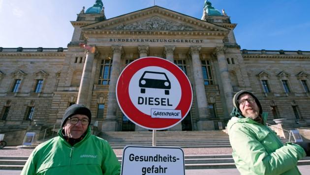 Umweltaktivisten demonstrieren vor dem Bundesverwaltunsgerichtshof in Leipzig (Deutschland) für Diesel-Fahrverbote. (Bild: AP)