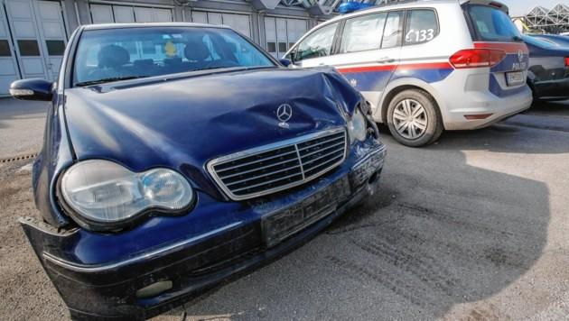 Der sichergestellte demolierte Mercedes.