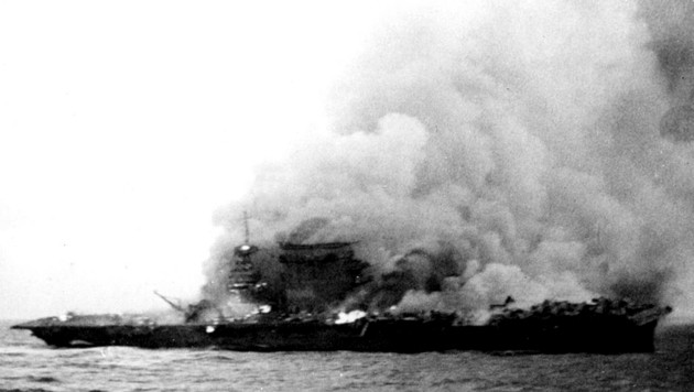 """8. Mai 1942: Die """"Lexington"""" fängt nach japanischem Torpedo-Beschuss Feuer. Nach der Schlacht wird sie von der Besatzung eines US-Kriegsschiffs bewusst versenkt (siehe Video unten). (Bild: U.S. Navy)"""