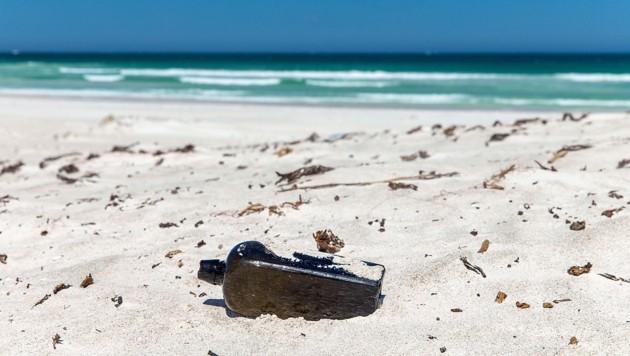 Die Flaschenpost an ihrem Fundort, einem Strand in Australien