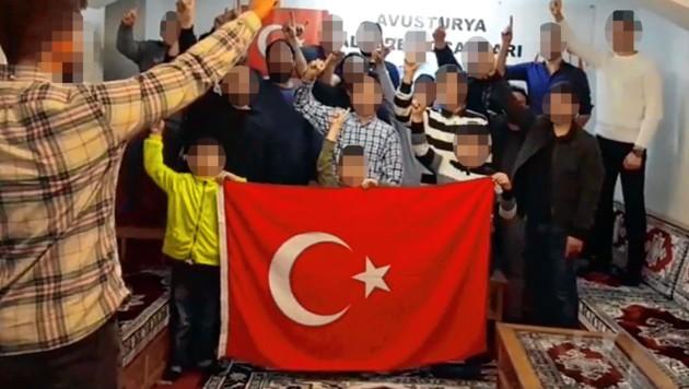Im Chor brüllen die Jugendlichen ihre Treueschwüre. Der Verein steht für einen radikalen sunnitischen Islam. (Bild: facebook.com/Viyana Alperen Ocaklari Egitim Kültür ve Dayanisma Vakfi)