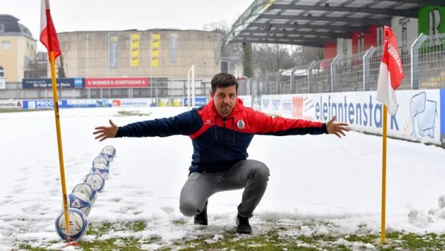 Vorwärts-Coach Gerald Scheiblehner zeigt's vor: Will man aufsteigen muss das Spielfeld um 2m gekürzt werden.
