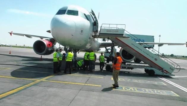 Nach der Landung in Amman versammelten sich mehrere Techniker bei der Maschine. (Bild: Michaela M.)