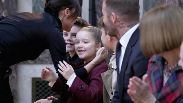Bei Mama Victoria in der Front Row: Haper sowie Cruz und Romeo Beckham mit Papa David