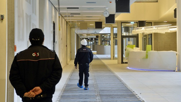 Der Eingangsbereich des Krankenhauses Nord (Bild: APA/HERBERT PFARRHOFER)