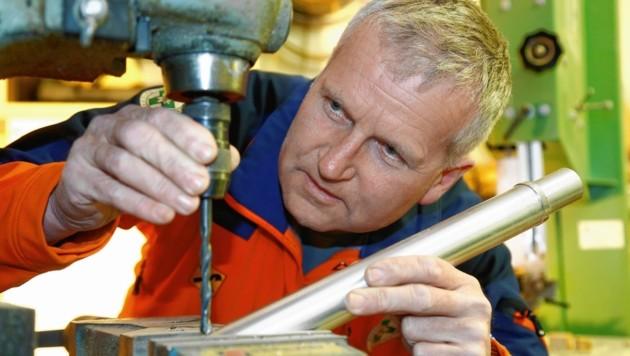 Rudi Schwarzenbacher beim Tüfteln in seiner Werkstatt.