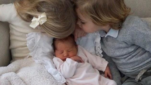 Ein Bussi für die kleine Schwester: Prinzessin Leonore und Prinz Nicolas sind schon ganz vernarrt in den neuen Mini-Royal. (Bild: instagram.com/princessmadeleineofsweden)