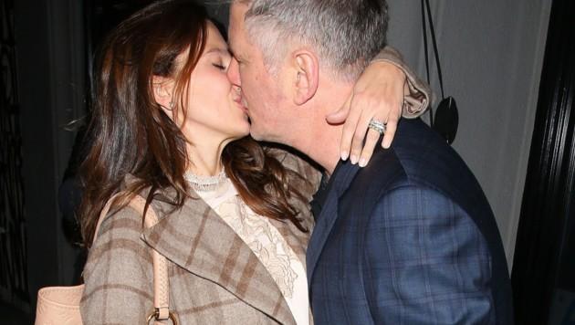 Alec Baldwin gibt seiner Gattin Hilaria einen dicken Kuss. (Bild: www.PPS.at)